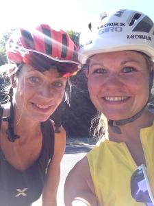 Et klassisk cykelbillede af Lillan og jeg - jeg husker dagen 2 x 20 min gulzone, det var hårdt og svedigt - men GODT!